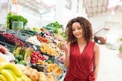 妇女购物果子 免版税图库摄影