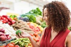 妇女购物果子 库存图片