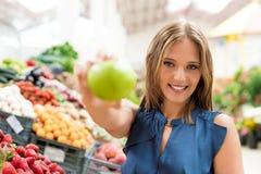 妇女购物果子 免版税库存照片
