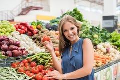 妇女购物果子 免版税库存图片