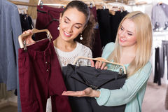 妇女购物的裤子 库存照片