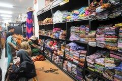 妇女购物蜡染布在日惹穿衣在印度尼西亚 免版税图库摄影