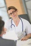 妇女医生会议患者 免版税库存照片