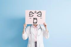 妇女医生展示恼怒的广告牌 图库摄影