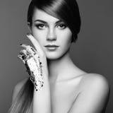 妇女黑白照片用银色手 免版税库存照片