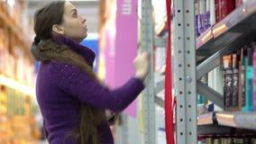 妇女去的购物与在垫的清单 股票视频