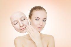 妇女从皱痕发布她的面孔 库存照片