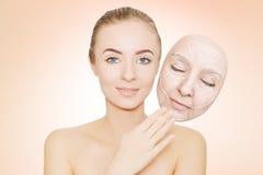 妇女从皱痕和坏皮肤发布她的面孔 免版税库存照片