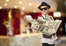妇女以盖帽投掷的美元 免版税图库摄影