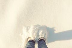 妇女结算雪的大深度 库存照片