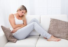 妇女以肚子疼 免版税库存照片