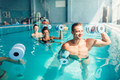 妇女水色与哑铃的有氧运动traninig 免版税图库摄影