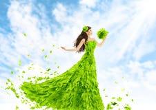 妇女绿色叶子礼服,自然时尚叶子的Gow秀丽女孩 免版税库存图片