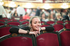 妇女画象在剧院观众席  免版税库存照片