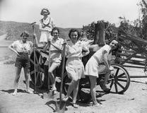 妇女画象有农业工具的(所有人被描述不更长生存,并且庄园不存在 供应商保单t 免版税库存图片