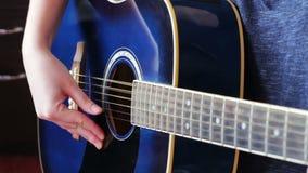 妇女画象有吉他的,少妇` s手特写镜头  股票视频
