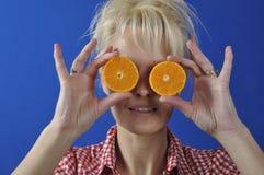 妇女画象有柑桔的 库存照片