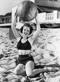 妇女画象有球的在海滩(所有人被描述不更长生存,并且庄园不存在 供应商保单t 免版税库存照片