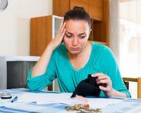 妇女画象有空的钱包的 库存图片