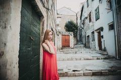 妇女画象的室外关闭时兴的礼服的 背景秀丽城市生活方式都市妇女年轻人 免版税库存图片