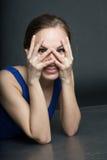 妇女画象蓝色短的礼服的在黑暗的背景 免版税库存图片