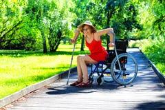 妇女从轮椅起来 库存图片