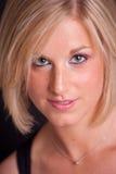 妇女年轻人的金发碧眼的女人接近的&# 免版税库存照片