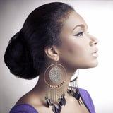 妇女年轻人的非洲美丽的接近的纵向 库存图片