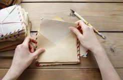 妇女从过去的读书信件 免版税库存图片