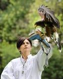 妇女以鹰狩猎者 库存照片
