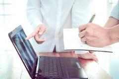 妇女医治,并且人篡改谈论关于在便携式计算机上的耐心` s X-射线 免版税图库摄影