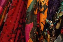妇女` s五颜六色的围巾紧的射击  免版税库存图片