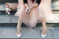 妇女` s充满花芭蕾舞短裙裙子脚跟等待的喜悦的天妇女 库存图片