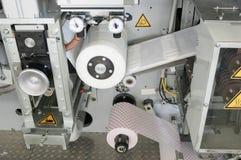 妇女` s卫生棉的生产 免版税库存图片