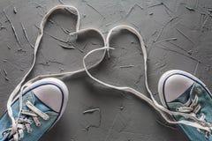 妇女` s和人有的` s鞋子从心脏的鞋带 免版税库存照片