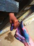 妇女` s和儿童` s握手的手、妇女和孩子 免版税库存照片