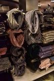 妇女` s围巾在商店待售 免版税图库摄影