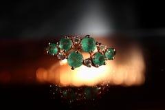 妇女` s圆环由与绿宝石特写镜头的金子制成 库存图片