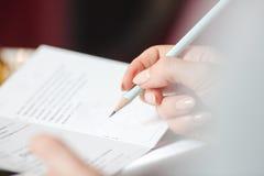 妇女` s在小册子词条的手文字 免版税库存照片