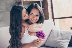 妇女` s天的概念!惊奇快乐的快乐的迷人的妈咪是h 库存图片