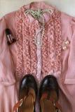妇女` s女衬衫、鞋子、耳环和项链,减速火箭的样式时尚拼贴画的概念  免版税库存图片
