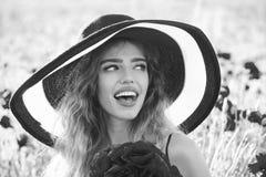 妇女` s幸福 罂粟种子的领域的女孩在减速火箭的帽子的 免版税库存图片