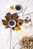 妇女` s床顶视图在冷气候的一懒惰星期日早晨 与手机,书的生活方式,结块 免版税库存图片