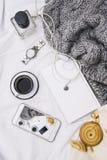 妇女` s床顶视图在冷气候的一懒惰星期日早晨 与手机,书的生活方式,结块 图库摄影