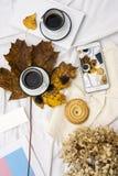 妇女` s床顶视图在冷气候的一懒惰星期日早晨 与手机,书的生活方式,结块 免版税库存照片