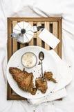 妇女` s床顶视图在冷气候的一懒惰星期日早晨 生活方式用新月形面包和咖啡 免版税库存图片