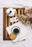妇女` s床顶视图在冷气候的一懒惰星期日早晨 生活方式用饼干和咖啡 图库摄影