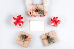 妇女` s手和三个圣诞节礼物盒 库存照片