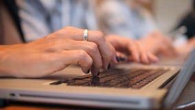 妇女` s手在膝上型计算机键盘的紧迫钥匙 研究计算机的青年人在共同工作的办公室 4k,关闭 影视素材