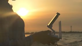 妇女` s手处理寄生虫控制板在日落 影视素材